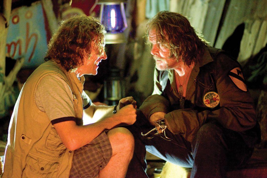 Regisseur Cockburn (Steve Coogan, l.) versucht den Kriegsveteranen und Drehbuchautoren Four Leaf Tayback (Nick Nolte, r.) davon zu überzeugen, dass... - Bildquelle: 2008 DreamWorks LLC. All Rights Reserved.