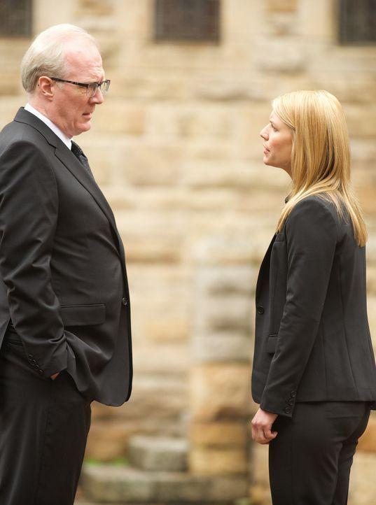 Als Carrie (Claire Danes, r.) einem Geheimnis von CIA-Chef Lockhart (Tracy Letts, l.) auf die Schliche kommt, hat sie ihn in der Hand ... - Bildquelle: 2014 Twentieth Century Fox Film Corporation