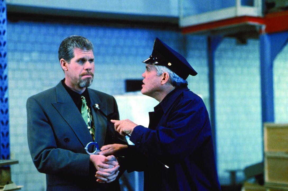 Captain Harris (G. W. Bailey, l.) liest Constantin Konali (Ron Perlman, l.) mal so richtig die Leviten ... - Bildquelle: Warner Bros.