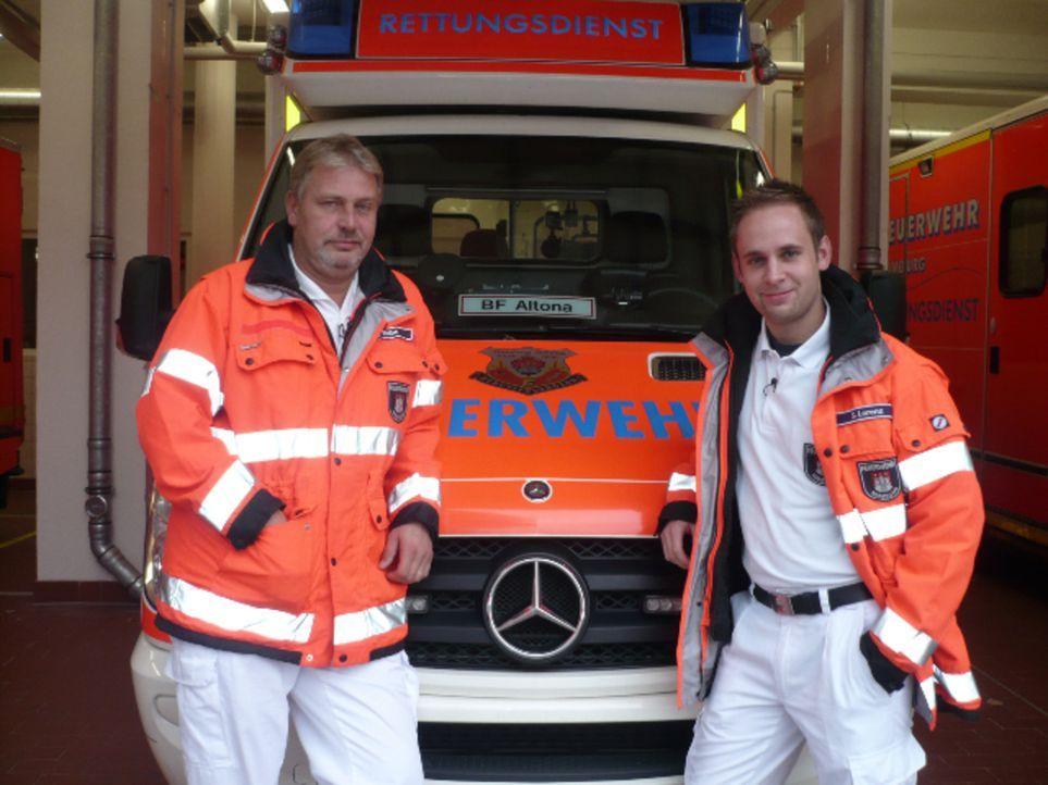 Die Rettungssanitäter Andreas R. und Sascha L. sind im Dauereinsatz, um auf dem Kiez immer neue Partyleichen zu bergen. - Bildquelle: kabel eins