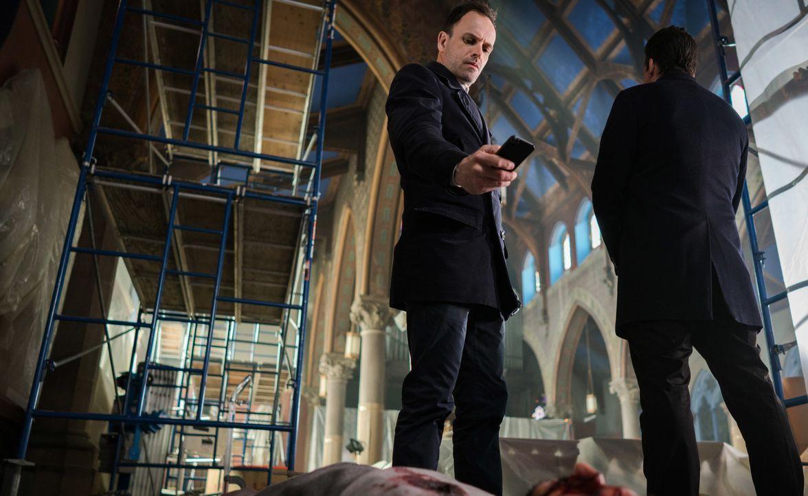 Dank eines Mitarbeiters von Morland werden Holmes (Jonny Lee Miller) und Watson vor einer Bombenexplosion in ihrem Haus bewahrt. Kurz darauf entdeck... - Bildquelle: Michael Parmelee 2016 CBS Broadcasting Inc. All Rights Reserved.