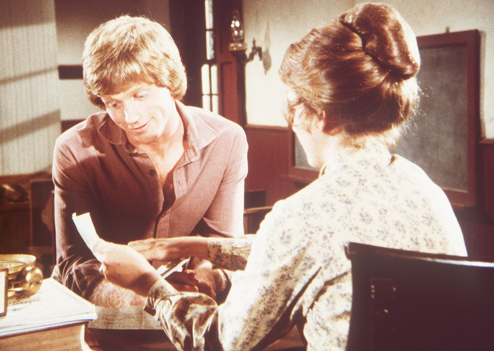 Laura (Melissa Gilbert, r.) zeigt ihrem Mann Almanzo (Dean Butler, l.) einen Brief ihrer Schwägerin Eliza Jane. - Bildquelle: Worldvision