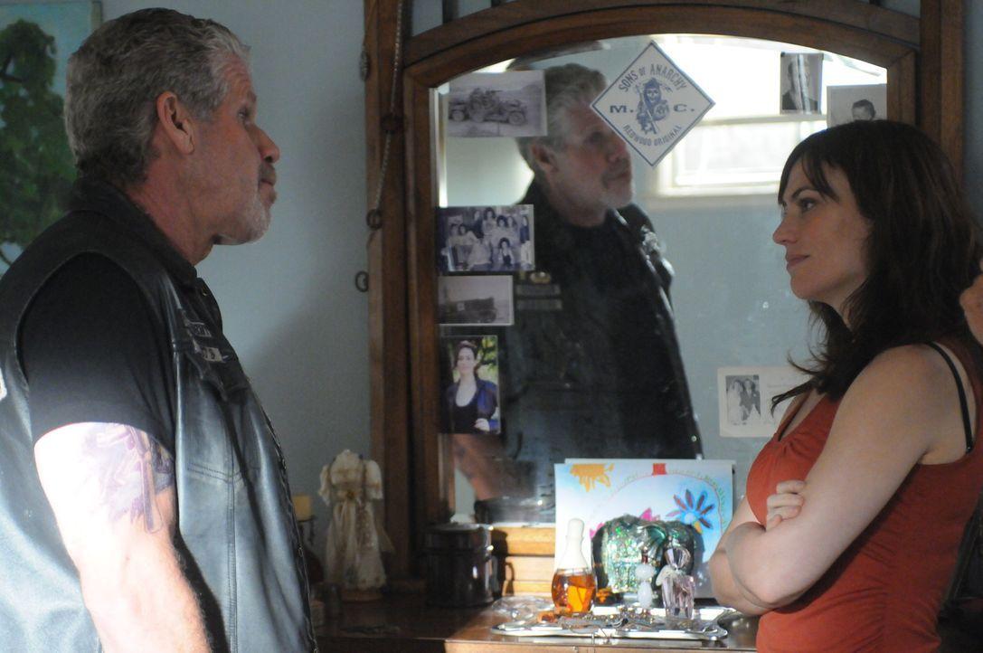 Mit ein paar rührenden Worten will Clay (Ron Perlman, l.) seine zukünftige Schwiegertochter Tara (Maggie Siff, r.) von weiteren Nachforschungen abha... - Bildquelle: 2011 Twentieth Century Fox Film Corporation and Bluebush Productions, LLC. All rights reserved.