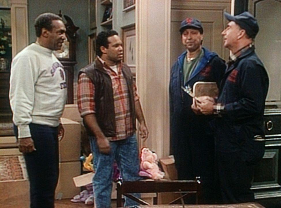 Elvin (Geoffrey Owens, 2.v.l.) und Cliff (Bill Cosby, l.) klären mir den Möbelpackern Dan (Dick Vitale, r.) und John (Jim Valvano) die letzten Det... - Bildquelle: Viacom