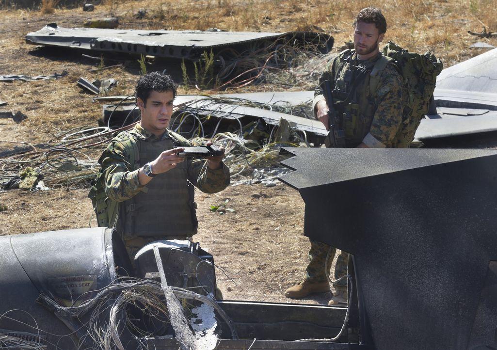 Kommen Walter (Elyes Gabel, l.) und Leutnant James Corbin (Jake McLaughlin, r.) noch rechtzeitig zum Absturzort eines Militärflugzeuges? - Bildquelle: Ron Jaffe 2014 CBS Broadcasting, Inc. All Rights Reserved