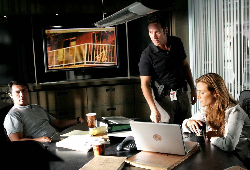 Machen sich dran, Crystal Hoyle und ihren 17-jährigen Schüler Buck Winters zu fassen: Agent Ian Edgerton (Lou Diamond Phillips, l.), Don Eppes (Ro... - Bildquelle: CBS International Television