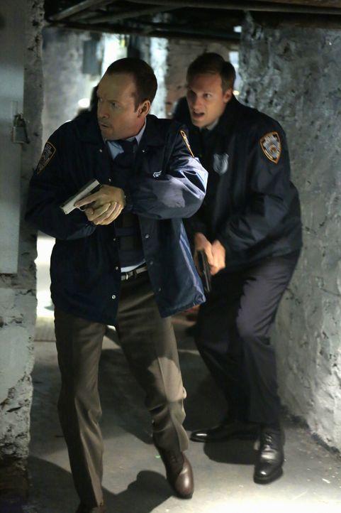 Zusammen mit dem enthusiastischen Cop Sam Croft (Teddy Sears, r.) quetscht Danny (Donnie Wahlberg, l.) einen Terroristen aus ... - Bildquelle: Giovanni Rufino 2012 CBS Broadcasting Inc. All Rights Reserved.