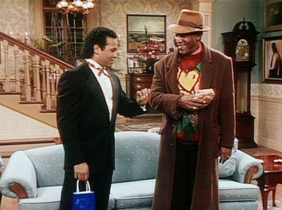 Elvin (Geoffrey Owens, l.) und Cliff (Bill Cosby, r.) sind beide überzeugt, dass ihr Geschenk viel romantischer ist, als das des anderen. - Bildquelle: Viacom
