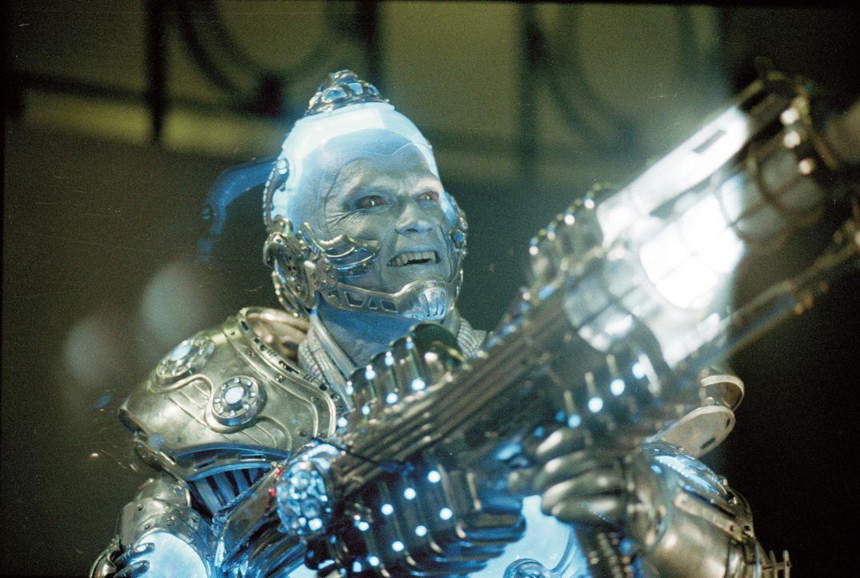 Mr. Freeze (Arnold Schwarzenegger) greift zu seiner Eiskanone, um den vermeintlichen Tod seiner Frau zu rächen. - Bildquelle: Warner Bros. Pictures