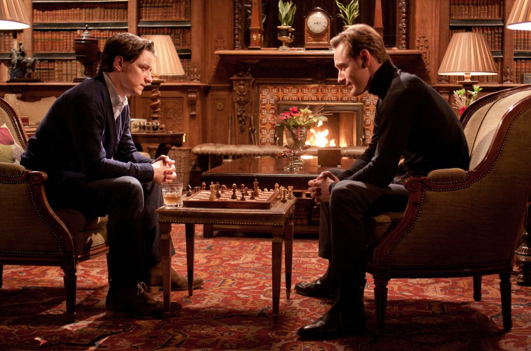 Einst waren Charles (James McAvoy, l.) und Erik (Michael Fassbender, r.) beste Freunde, doch dann trennten sich ihre Wege. Charles wird als der weis... - Bildquelle: TM and © 2011 Twentieth Century Fox Film Corporation, All Rights Reserved.