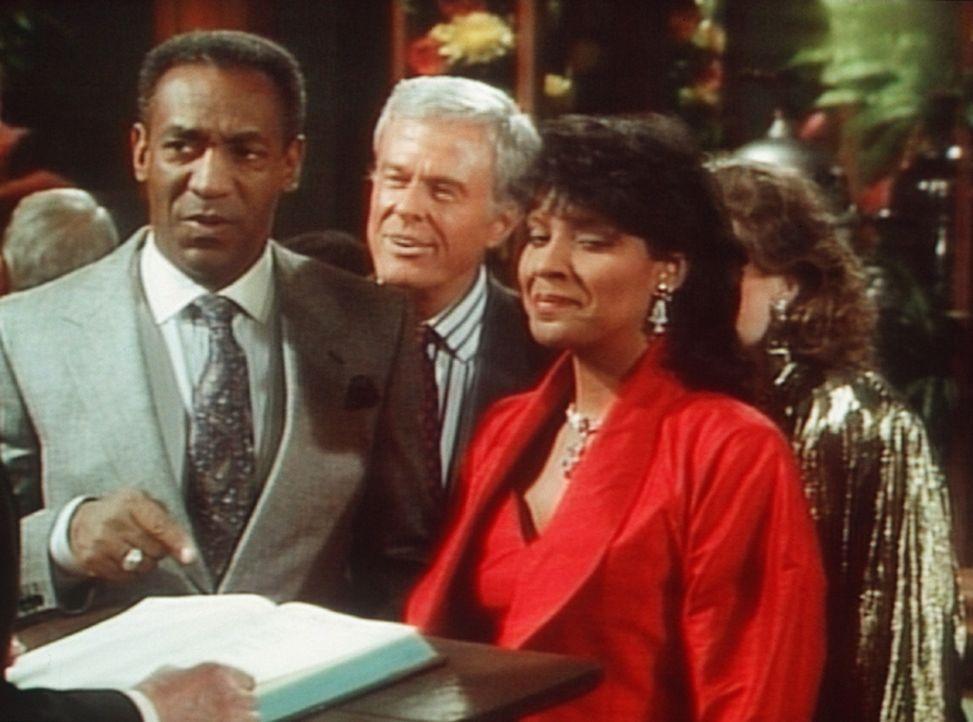 Ein Wiedersehen nach langer Zeit: Cliff (Bill Cosby, l.) und Clair (Phylicia Rashad, r.) sind mit Scott (Robert Culp, M.) und seiner Frau zum Essen... - Bildquelle: Viacom