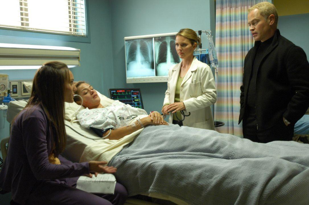 Connor (Neal McDonough, r.) und Natalie (Kelli Williams, 2.v.r.) versuchen Sudies (Lauren Mayhem, l.) Schwester, Beth (Katrina Nelson, 2.v.l.) zu re... - Bildquelle: CBS Television