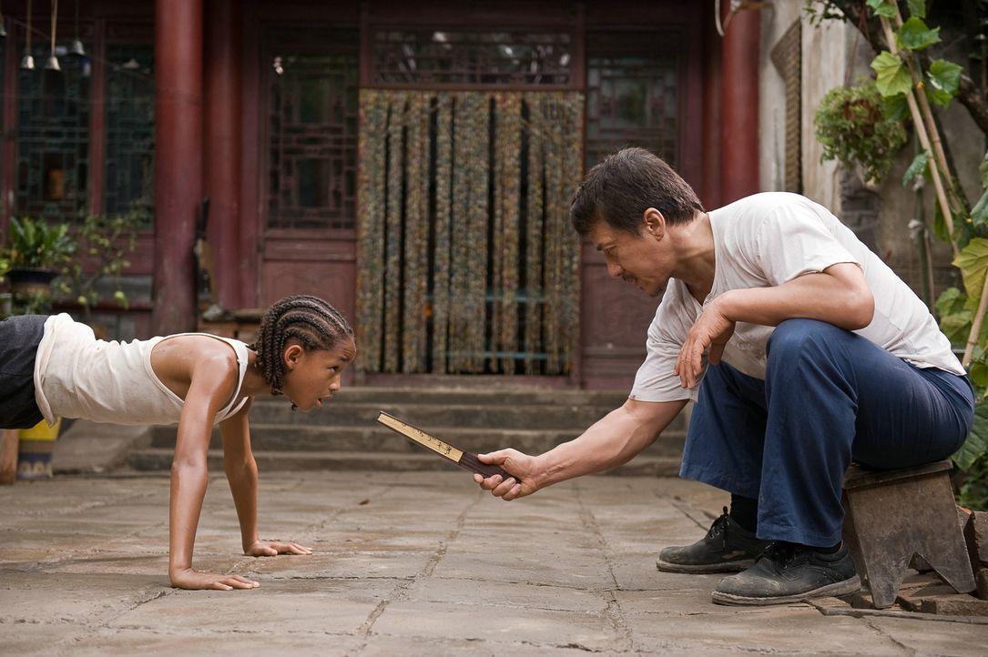 Schon bald muss Dre (Jaden Smith, l.) erkennen, dass der Hausmeister der Schule, Mr. Han (Jackie Chan, r.), nicht nur ein berühmter Kung-Fu-Meister... - Bildquelle: 2010 CPT Holdings, Inc. All Rights Reserved.