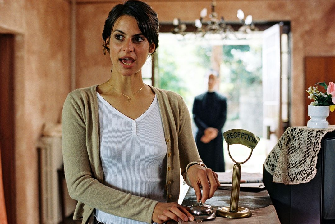 Maria (Liane Forestieri) hat die Lösung für Jans Problem. Padre Anselmo ist bereit, seine Handwerker für den Umbau der Villa Liberta zur Verfügu... - Bildquelle: Walter Wehner Sat.1