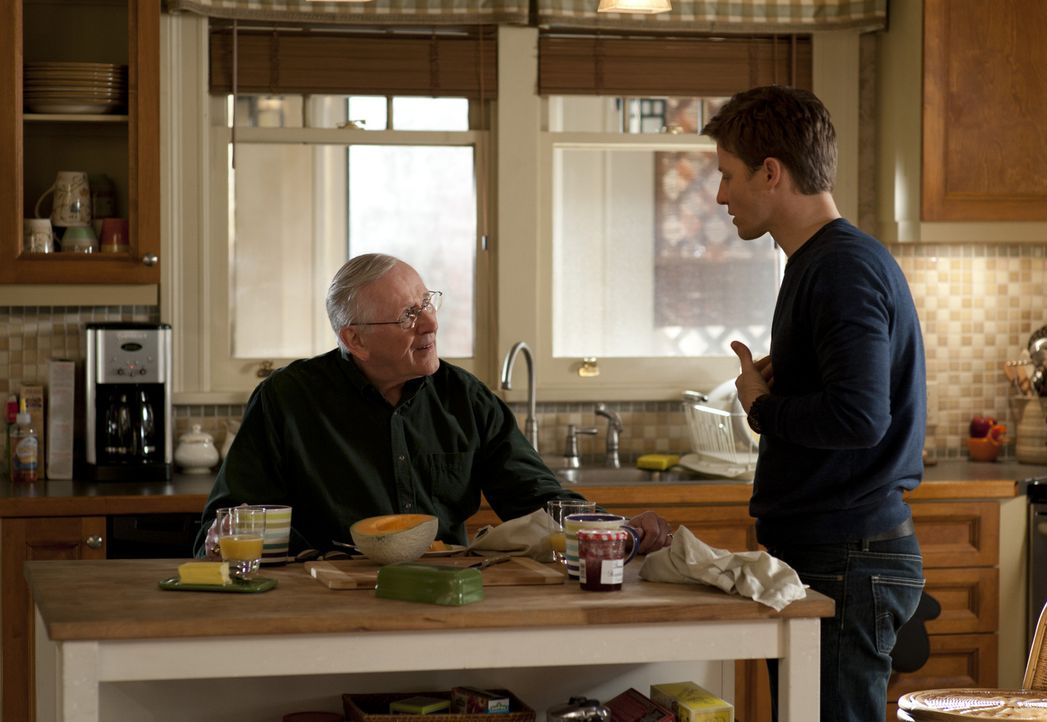 Wenn es schon Frank nicht schafft, bringt Grandpa Henry (Len Cariou, l.) es dann wenigstens fertig, Jamie (Will Estes, r.) über den Anschlag auf sei... - Bildquelle: David Lee 2011 CBS Broadcasting Inc. All Rights Reserved