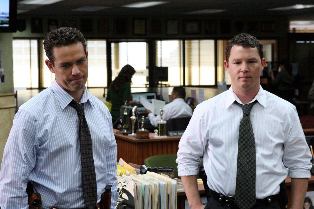 Detective Nate Moretta (Kevin Alejandro, l.) und Detective Sammy Bryant (Shawn Hatosy, r.) erhalten von Detective Sal den Auftrag, Jugendgangs in de... - Bildquelle: Warner Brothers