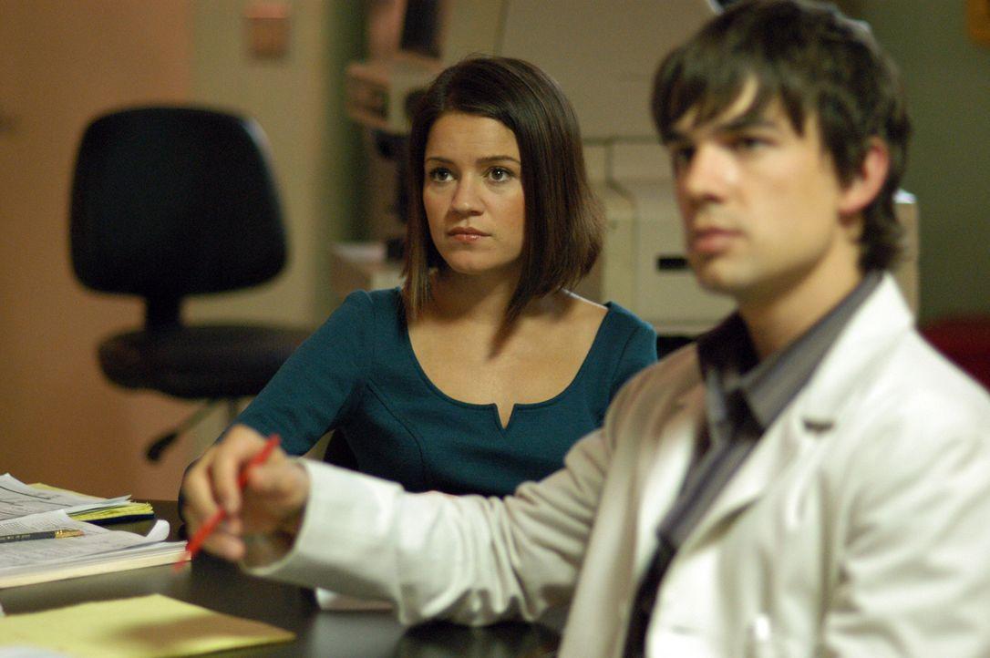Zwei Studenten bekommen nach einem  bekommen einen epileptischen Anfall und fallen ins Koma. Miles McCabe (Christopher Gorham, r.) und Eva Rossi (An... - Bildquelle: CBS Television