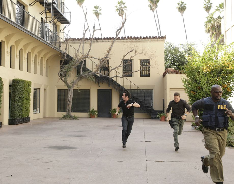 Bei ihren Ermittlungen geraten Don Eppes (Rob Morrow, l.), David Sinclair (Alimi Ballard, M.), und Colby Granger (Dylan Bruno, r.) in Lebensgefahr,... - Bildquelle: Paramount Network Television