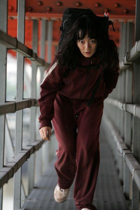 Nam-Joo (Du-na Bae) versucht alles, um  ihre Nichte Hyun-seo vor dem Seeungeheuer zu retten ... - Bildquelle: MFA