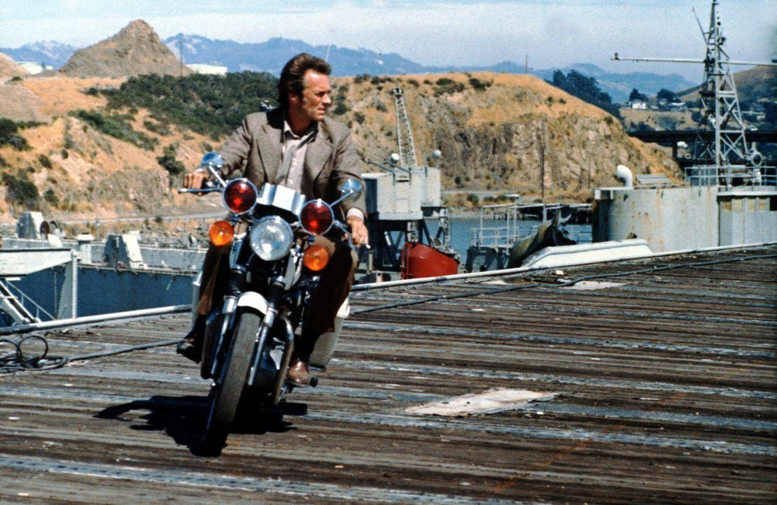 Der ruppige Inspektor Callahan (Clint Eastwood) hat mal wieder zu hart hingelangt und wird zur Strafe von der Mordkommission zur Fahndung abgeschobe... - Bildquelle: Warner Bros.
