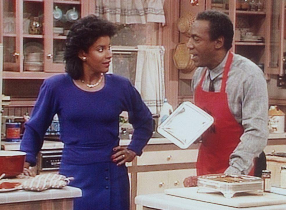 Cliff (Bill Cosby, r.) zeigt seiner Frau Clair (Phylicia Rashad, l.) den Süßkartoffelauflauf, den er für das Abendessen zubereitet hat. - Bildquelle: Viacom