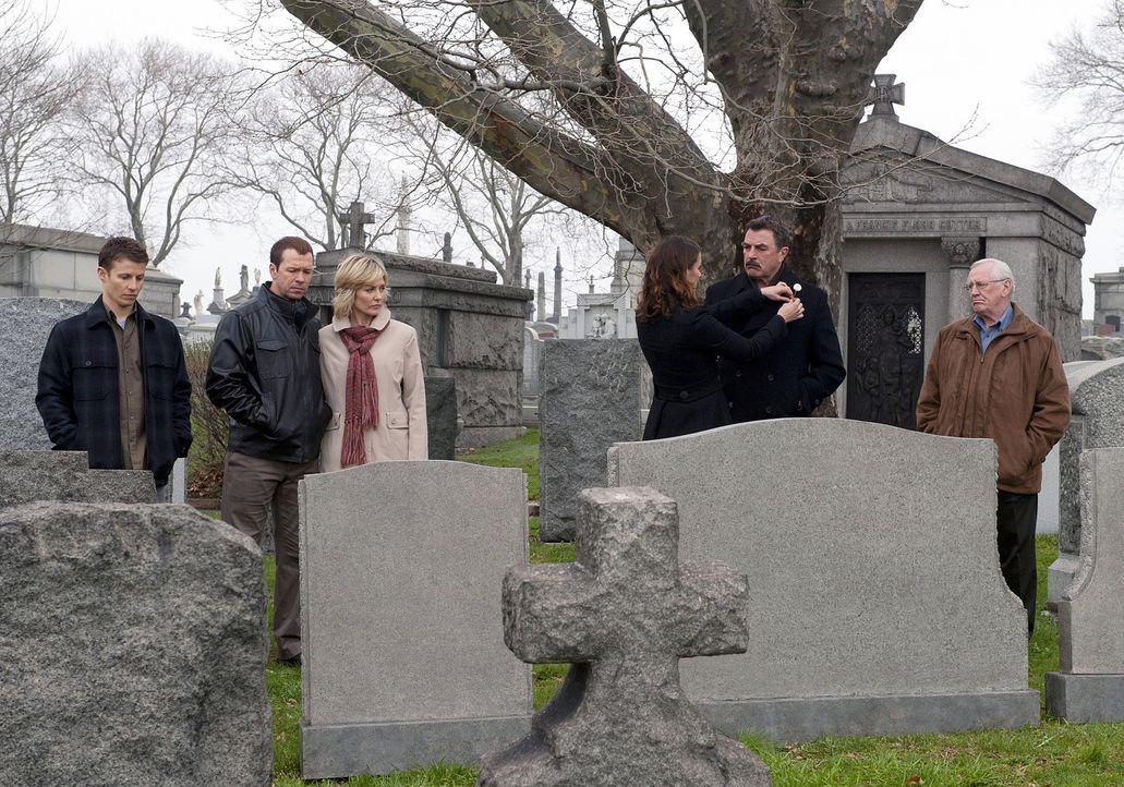 Besuchen gemeinsam das Familiengrab (v.l.n.r.): Jamie (Will Estes), Danny (Donnie Wahlberg), Linda (Amy Carlson), Erin (Bridget Moynahan), Frank (To... - Bildquelle: 2010 CBS Broadcasting Inc. All Rights Reserved
