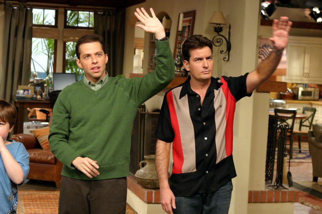 """Zwischen Charlie (Charlie Sheen, r.) und Alan (Jon Cryer, l.) beginnt ein harter Rivalitätskampf, denn jeder will die """"hübsche Irre"""" für sich gew... - Bildquelle: Warner Brothers Entertainment Inc."""