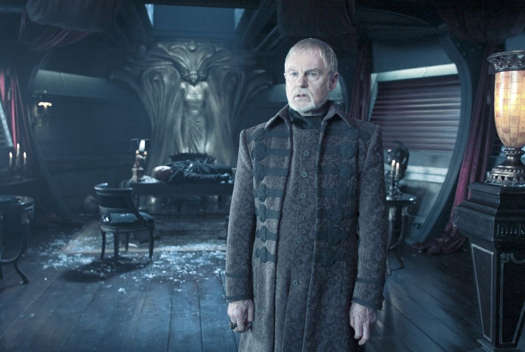 Der Papa von den Zwillingen Vampir Marcus und Werwolf William, Alexander Corvinus (Derek Jacobi), beobachtet aus neutraler Position das mörderisches... - Bildquelle: Sony Pictures Television International. All Rights Reserved.