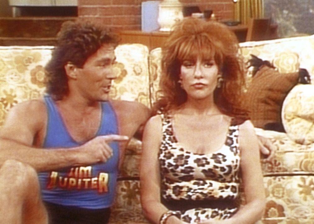 Der Aerobic-Star Jim Jupiter (Tom Lahm, l.) will Peggy (Katey Sagal, r.) wieder in Form bringen. - Bildquelle: Columbia Pictures