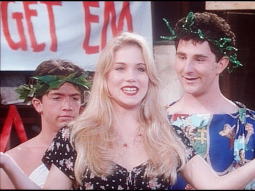 Kelly (Christina Applegate, M.) macht Bud (David Faustino, l.) und Francis (Andy Milder, r.) klar, dass eine Toga kein Mädchen anmacht. - Bildquelle: Columbia Pictures