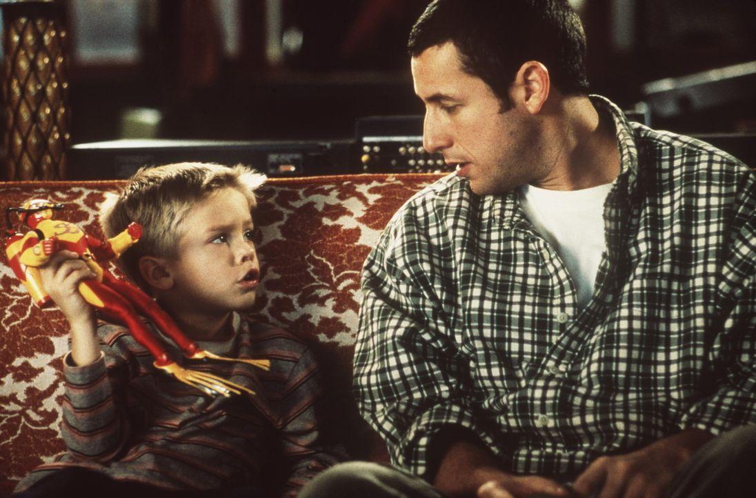 Julian (Dylan Sprouse/Cole Sprouse, l.), der angeblich leibliche Sohn von Sonnys (Adam Sandler, r.) Mitbewohner Kevin Gerrity, bringt schon bald das... - Bildquelle: Columbia TriStar