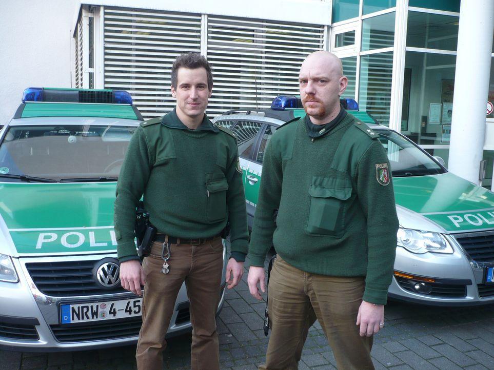 Die Kölner Polizisten Michael (r.) und Christoph (l.) versuchen auf ihrer nächtlichen Streife einen Einbruch aufzuklären. - Bildquelle: kabel eins
