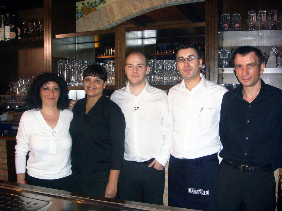 """Vor zwei Monaten hat Sven Riegel (M.) nicht nur das Restaurant """"Casa Italiana da Alberto"""", sondern auch die komplette Mannschaft, übernommen. (v.l.n... - Bildquelle: kabel eins"""