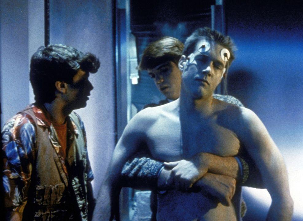 J. C. (Steve Marshall, l.) und Johnny (Ken Heron, hinten) wollen eine Mutprobe bestehen und entwenden deshalb den eingefrorenen Leichnam von Chris (... - Bildquelle: TriStar Pictures