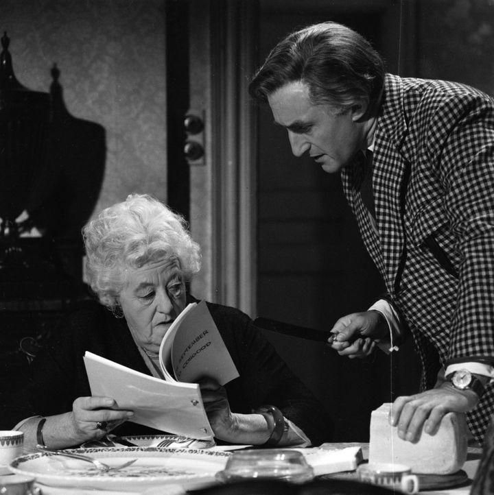 Miss Marple (Margaret Rutherford, l.) sucht nach einem Mörder und ihre Nachforschungen führen die resolute Dame zur Schauspieltruppe von H. Driffold... - Bildquelle: Warner Brothers