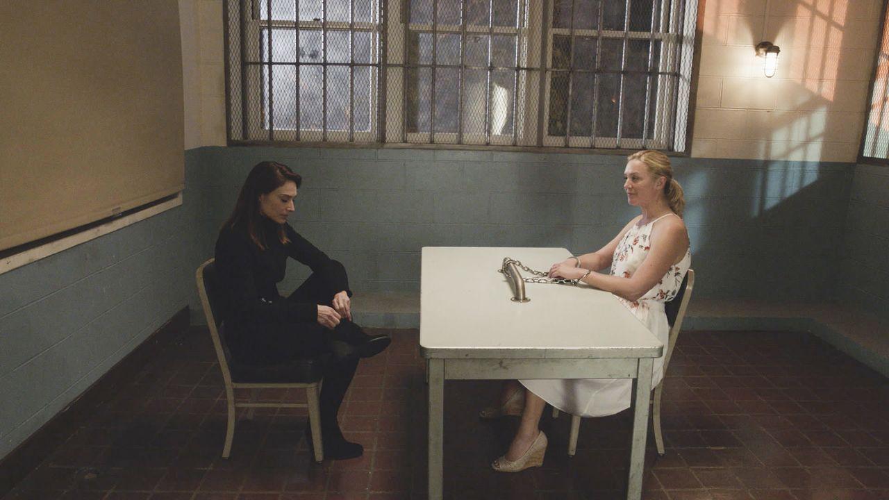 Serienmörderin Dr. Madison Gray (Elisabeth Röhm, r.) spielt ein neues Spiel, das es auf Alicia Brown (Claire Forlani, l.), einer ehemaligen FBI-Prof... - Bildquelle: 2016 CBS Broadcasting, Inc. All Rights Reserved