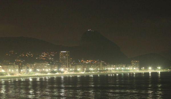 Der Zuckerhut und die Copacabana bei Nacht - Bildquelle: kabel eins