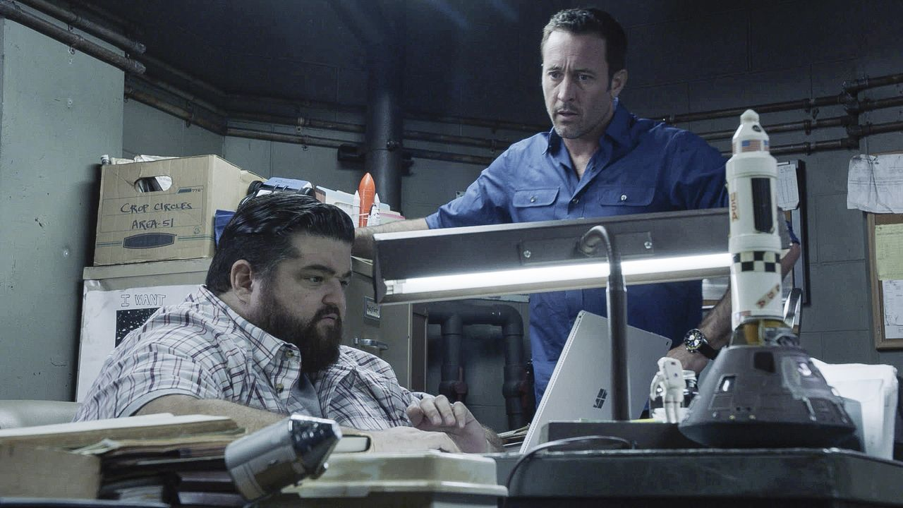 Jerry Ortega (Jorge Garcia, l.); Steve McGarrett (Alex O'Loughlin, r.) - Bildquelle: 2019 CBS Broadcasting, Inc. All Rights Reserved