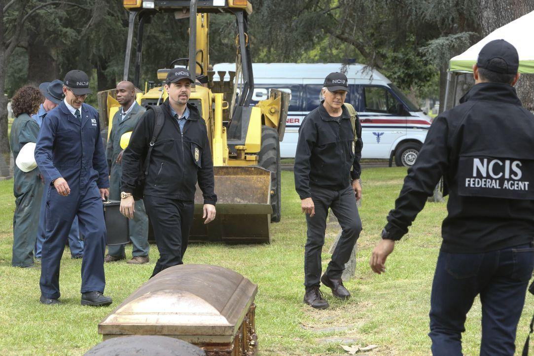 Eineinhalb Jahre nach dem Verschwinden des Navy-Lieutenants wird dessen Leiche bei einer Grabumbettung in dem Sarg eines anderen Verstorbenen entdec... - Bildquelle: Patrick McElhenney 2017 CBS Broadcasting, Inc. All Rights Reserved. / Patrick McElhenney