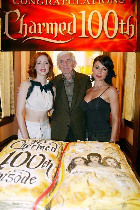 Charmed feiert Jubiläum: Paige (Rose McGowan, l.) Produzent Aaron Spelling (M.) und Phoebe (Alyssa Milano, r.) ... - Bildquelle: Paramount International Television