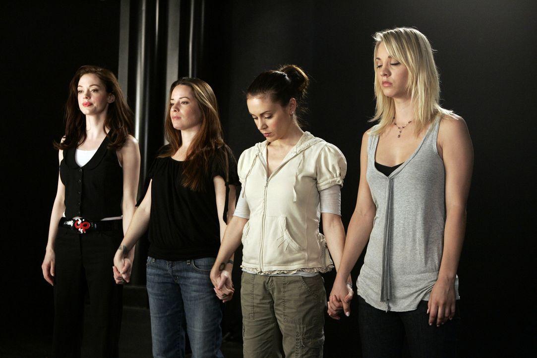 Halten zusammen: Paige (Rose McGowan, l.), Piper (Holly Marie Combs, 2.v.l.),  Phoebe (Alyssa Milano, 2.v.r.) und Billie (Kaley Cuoco, r.) ... - Bildquelle: Paramount Pictures