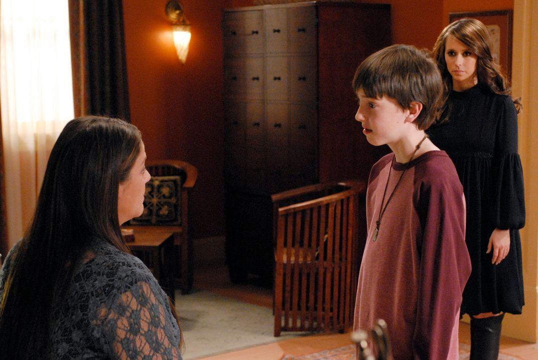 Ned (Tyler Patrick Jones, M.) erzählt seiner Mutter Delia (Camryn Manheim, l.) von seinen seltsamen Erlebnissen. Wird Delia Melinda (Jennifer Love H... - Bildquelle: ABC Studios