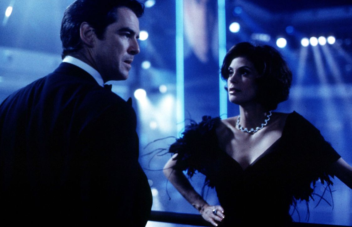 Teri-Hatcher-Pierce-Brosnan-James-Bond-Tomorrow-Never-Dies-1997-WENN-com - Bildquelle: WENN/United Artists