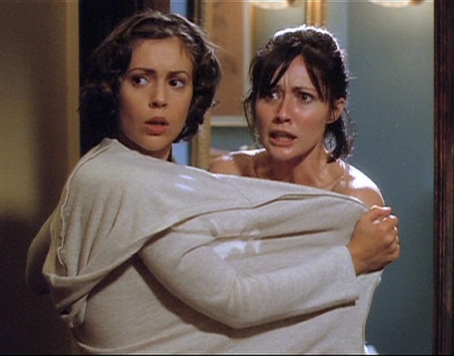 Prue (Shannen Doherty, r.) und Phoebe (Alyssa Milano, l.) sind entsetzt. Ein Geist steht vor ihnen ... - Bildquelle: Paramount Pictures