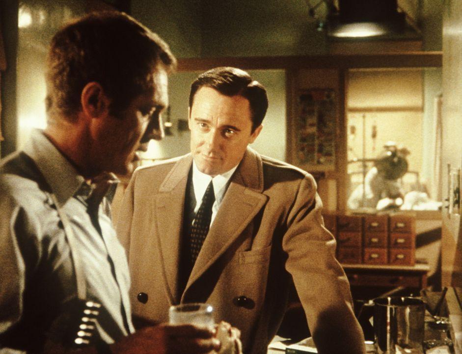 Der ruhmsüchtige Politiker Chalmers (Robert Vaughn, r.) macht den Polizeileutnant Frank Bullitt (Steve McQueen, l.) für den Tod des Kronzeugen ver... - Bildquelle: Warner Bros.