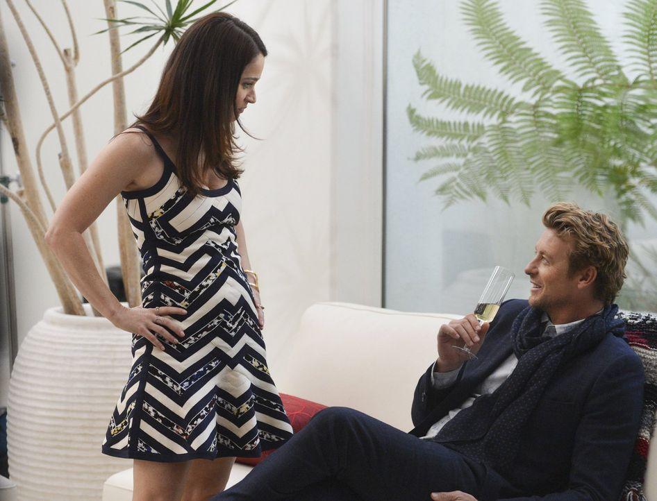 Jane (Simon Baker, r.) und Lisbon (Robin Tunney, l.) geben eine Party in exklusivem Ambiente: Eine Villa, die sie von der Drogenfahndung ausgeliehen... - Bildquelle: Warner Bros. Television