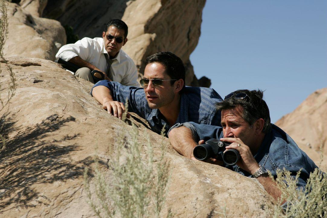 Beobachten Lucy bei der Übergabe des Lösegeldes: Cruz (Carlos Gomez, l.), Danny (Enrique Murciano, M.) und Jack (Anthony LaPaglia, r.) ... - Bildquelle: Warner Bros. Entertainment Inc.