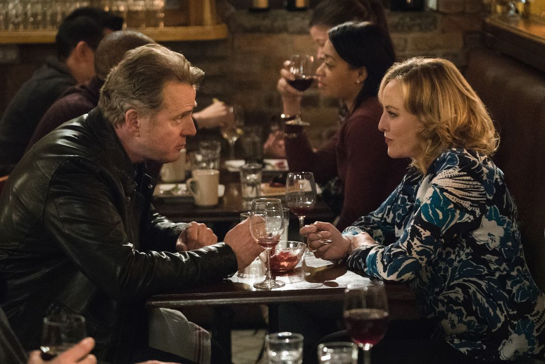Als Captain Gregson (Aidan Quinn, l.) und seine Freundin Paige (Virginia Madsen, r.) zufällig Watson in einem Restaurant treffen, beendet Paige kurz... - Bildquelle: Michael Parmelee 2016 CBS Broadcasting Inc. All Rights Reserved.