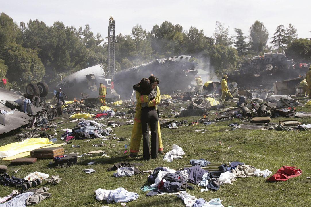 Jim (David Conrad, l.) schließt Melinda (Jennifer Love Hewitt, r.) in die Arme ... - Bildquelle: ABC Studios