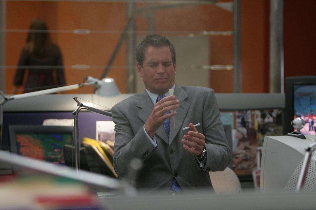 Beim NCIS geht ein Brief ein, der mit einem Lippenstiftabdruck versiegelt ist. Tony (Michael Weatherly) glaubt, es sei der Gruß einer seiner Angebet... - Bildquelle: CBS Television